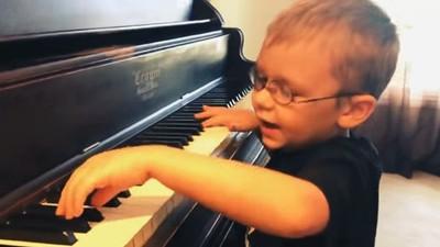 踮腳爬上鋼琴椅「唱歌給馬麻聽」 6歲盲童自學鋼琴,母欣慰破涕為笑