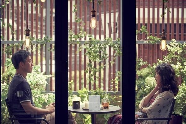 在第二單元「不朽」中,IU(右)與朴海秀有眾多對手戲。(韓國Netflix提供)