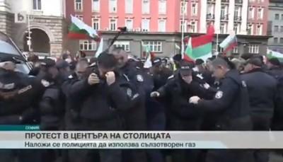 警噴胡椒趕抗議者 下秒被風吹回