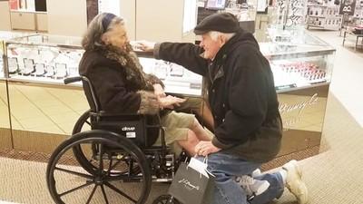 相愛63年正式求婚!老翁緩緩下跪幫病妻戴戒,彌補當年沒錢結婚的遺憾