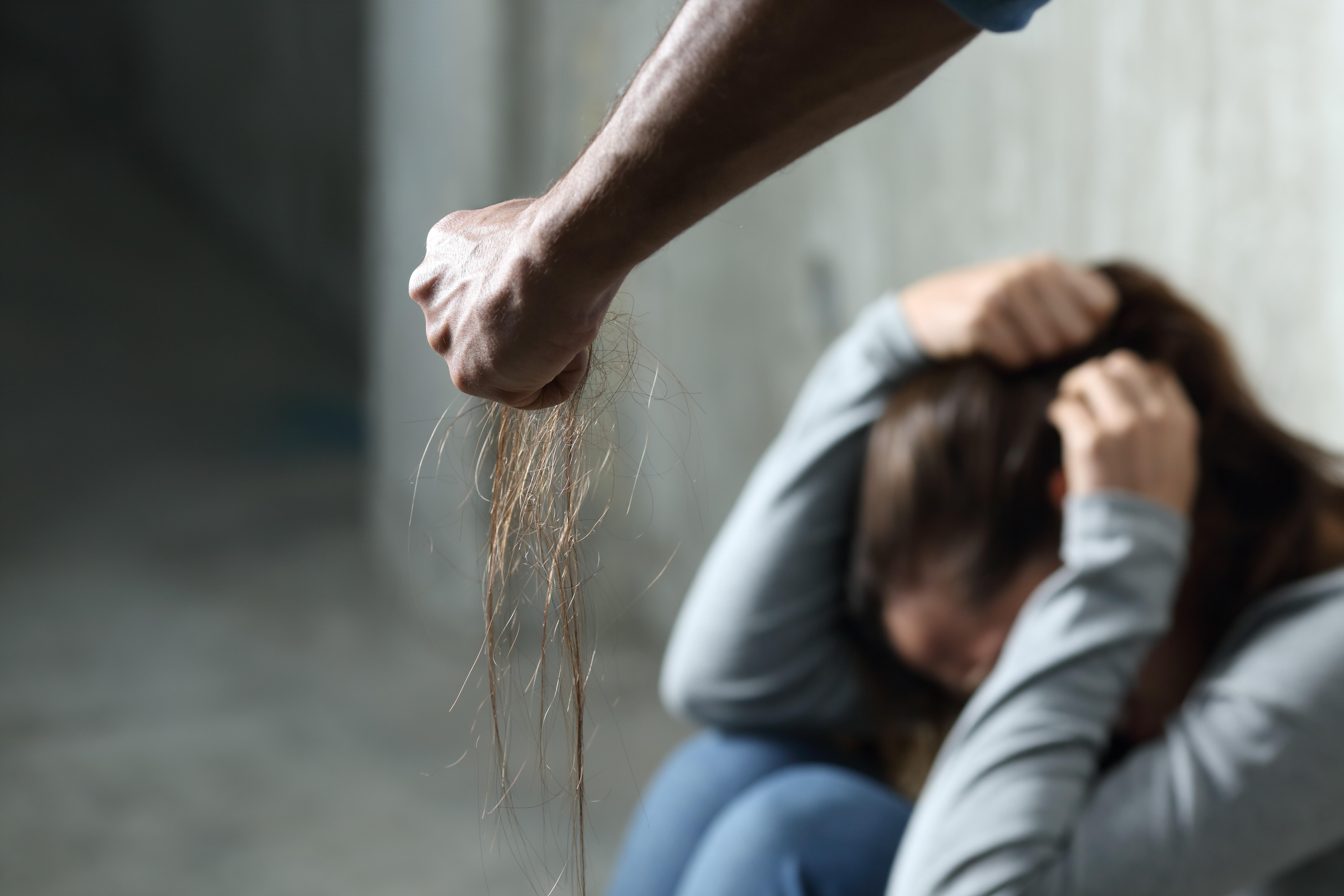 ▲▼示意圖,社會,害怕,女孩,哭,虐童,暴力,家暴,受傷。(圖/123RF)