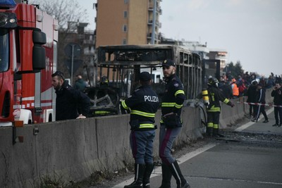 義校車司機劫車放火燒 54師生逃出