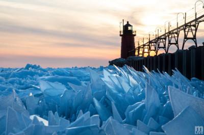 密西根湖浮「淺藍碎冰」 上演「真實版」冰雪世界