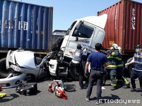 快訊/「公路坦克」夾撞轎車成鐵餅 中山高5車連環撞2重傷