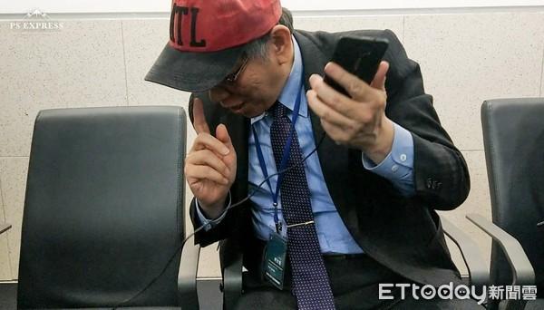 出訪見插座開心充手機!柯文哲:如果機場夠好就不用坐地上