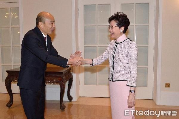 影/歷史一刻!禮賓府高規格接待 韓國瑜雙手緊握香港特首林鄭月娥