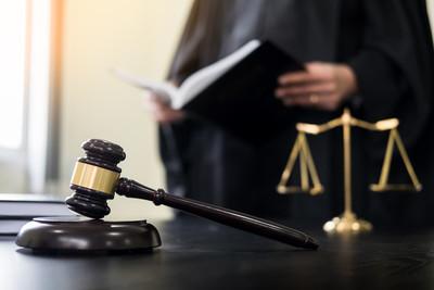 法官抗議司法干預 當庭舉槍自轟