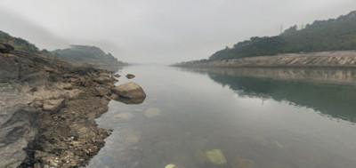 追球跌入黑水河 越南8男童溺斃