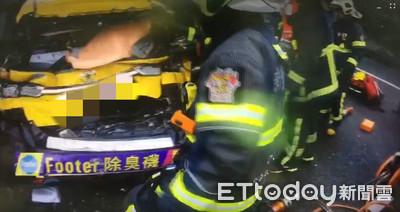 小黃遭2客運夾擊 車全毀變形