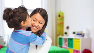 「謝謝妳把我生下來!」化療女童抓著媽媽啵一下 幼服員看得心揪流淚