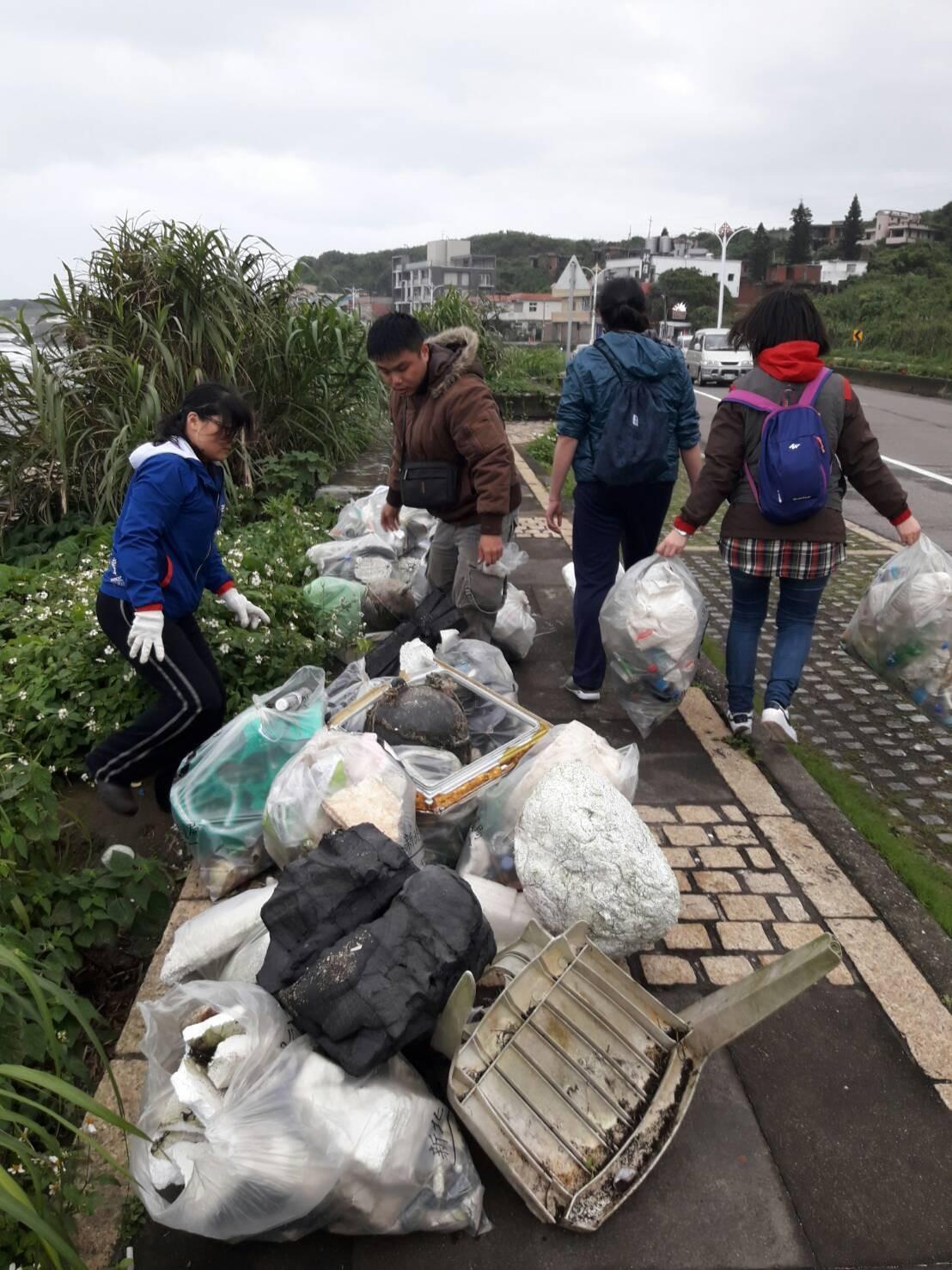 ▲ 北海岸7處沙灘近800人聯合淨灘 清出1500公斤海漂垃圾。(圖/交通部觀光局北觀處提供)
