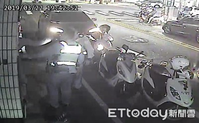他酒駕被攔 竟當街拉屎丟警察