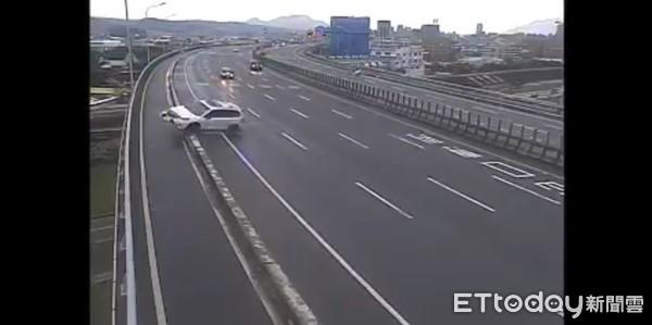 ▲▼國道轎車失控噴飛。(圖/記者陳以昇翻攝)