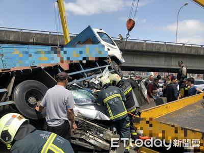 國道4連撞 運將急煞憂H鋼貫穿車頭