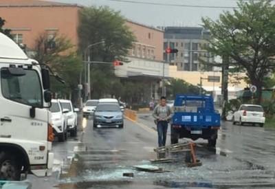 貨車掉玻璃碎滿地 熱心店家動員打掃