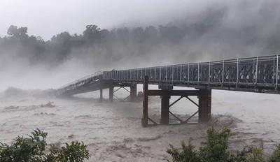 紐西蘭暴雨狂虐 大橋遭沖垮