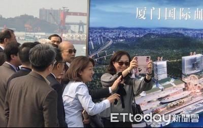韓國瑜抵廈門考察 佳芬姐俏皮拿手機反拍記者