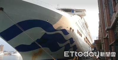不滿太陽公主號行程延誤 旅客霸船抗議求道歉