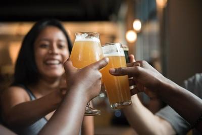 和老外講話總是卡卡?研究證實:喝酒減少語言焦慮 講外語更清晰流利