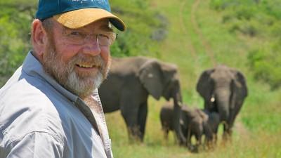 感知恩人去世!南非21頭大象跋涉12小時 木屋窗前列隊「仰鼻哀鳴」