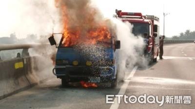 台82線竄濃煙! 貨車車頭秒被燒毀