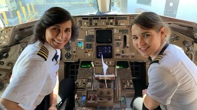 母女都是飛行員!同班機擔任正副機長 網讚:史上最酷母女照