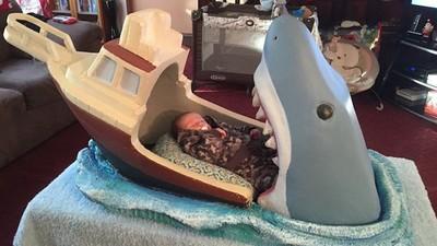 兒子要被吃了!老爸友人送自製「大白鯊嬰兒床」,黑貓一躺問號:蛤