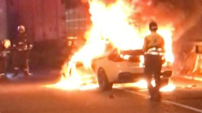 BMW撞貨車爆炸 駕駛燒死