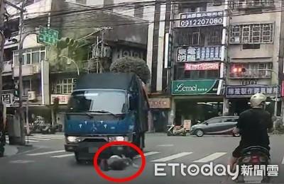 恐怖片曝光!女子在斑馬線被貨車捲進底盤 手腕扭曲變形