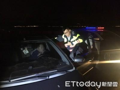 轎車深夜閃方向燈停海邊 警及時救回燒炭女