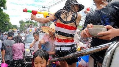 泰國潑水節藏古禮! 讓人濕身是祝福,但見長輩「淋手心」就好