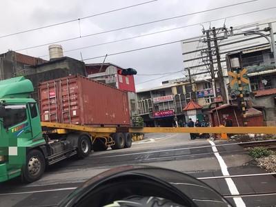 台鐵鶯歌=桃園「卡車硬闖平交道」!