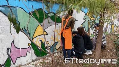 社區學校合作彩繪 罹難老師畫作回春