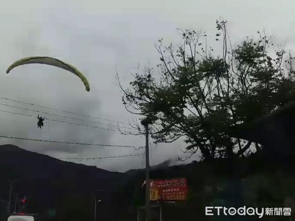 ▲花蓮三棧飛行傘操作不慎,卡在路燈意外降落在台9線公路上。(圖/記者王兆麟翻攝,下同)