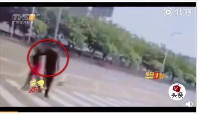 過馬路被襲胸 空姐一巴掌反制癡漢