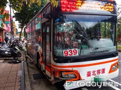 快訊/台北客運司機突然腦中風!沿途撞上15部機車