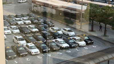 日本計程車整齊排隊 素質超高