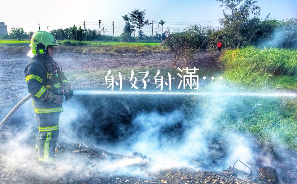 ▲去年清明掃墓發生火災滅火的照片。(圖/消防員許凱宸提供)