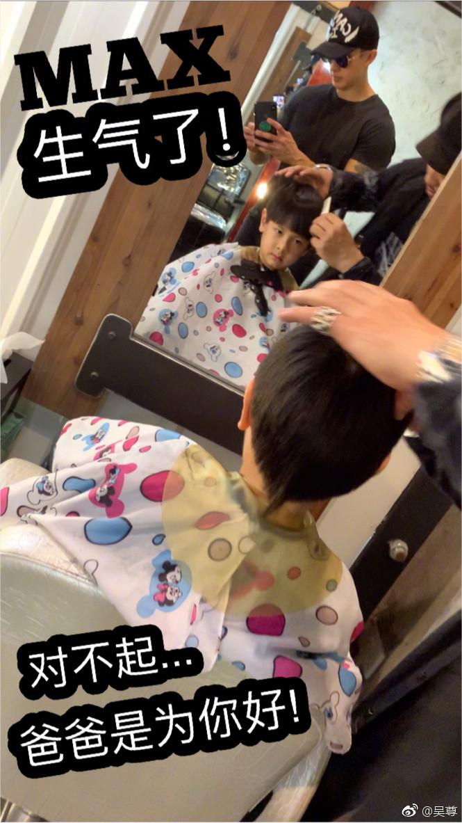 ▲吳尊帶Max剪髮。(圖/翻攝自微博/吳尊)