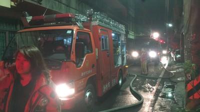 雜物堆置救援難 1.5小時才滅火