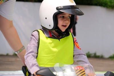 穿小制服騎小警車 奶娃當交警