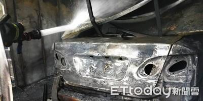 烤漆廠大火燒2車 老闆噴淚:不敢跟客人說