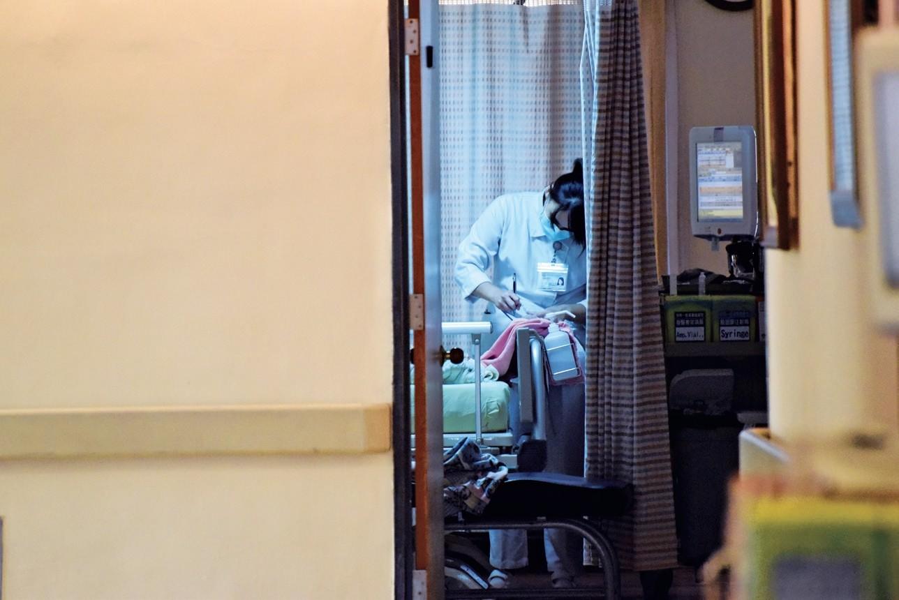 ▲《生命起飛前與你相伴:高醫安寧.心圓病房故事集》。(圖/布克文化提供)