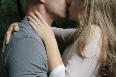 女孩看這裡! 接吻時男性想被「撫摸的4部位」 摸對地方急速燃起慾望