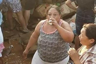 卡車裝滿啤酒翻覆 民眾湧入暢飲