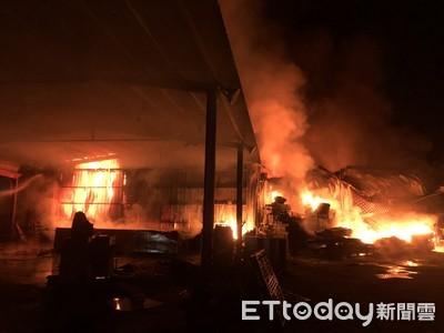 土城山區倉庫火警 消防員接力送水滅火