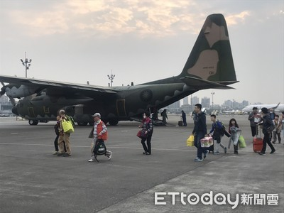 金門濃霧打亂航班 軍機疏運140名旅客