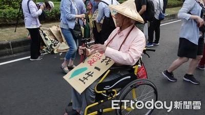 9旬輪椅伯 「愛台灣」也來遊行
