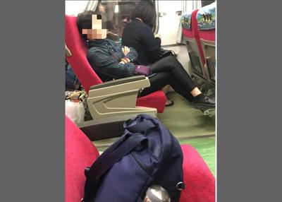 大媽火車上隔走道包包佔位 害到別人