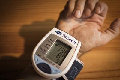 對血管超傷!30歲後「血壓上下飆 」老年易癡呆...家中快備好血壓計